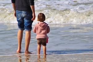Vater mit Kleinkind am Strand